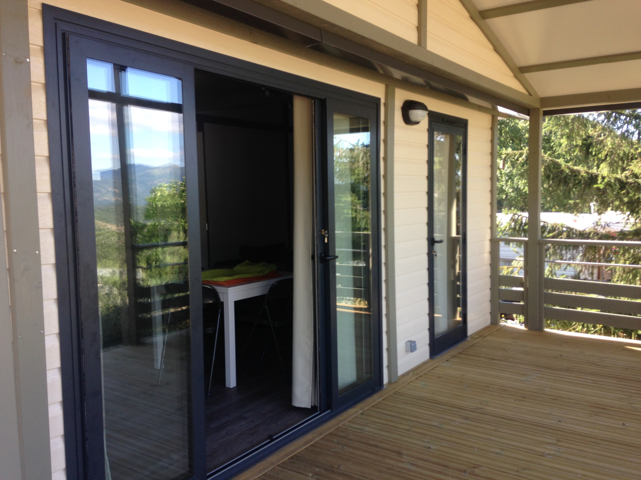 Terrasse du chalet 8 personnes camping nord ardeche